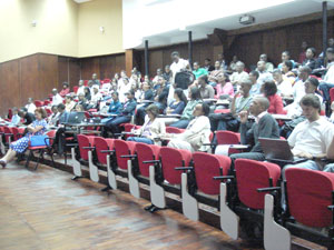 Audience in the Aula Magna of the Faculty of Medicine of the Eduardo Mondlane University, with Dr Manuela Doroana in the front row and Professor Nuno Taveira in the second